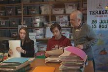 Jade Perrin et Léo Urtizbéréa accomplissent leur service civique à la maison basque. Ils travaillent en ce moment sur les archives de l'association