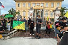 Les manifestants anti pass sanitaire devant la sous-préfecture de Saint-Laurent