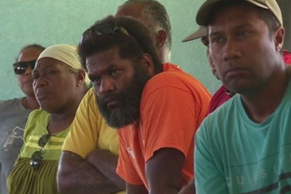 Habitants de Lifou à une réunion d'information quant à la pollution au fioul