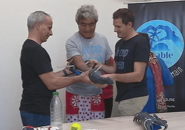 L'association E-Nable pose les nouvelles prothèses d'avant-bras de Tate
