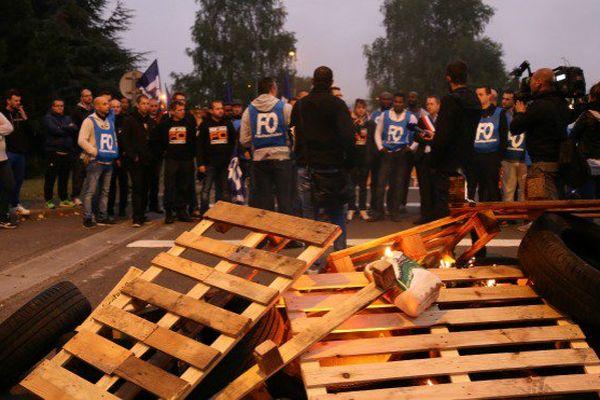 Entre craintes et colère, les surveillants bloquent la prison d'Osny après l'agression de leur collègue martiniquais