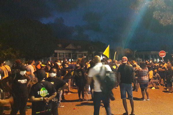 Les manifestants ont veillé tard malgré le couvre feu