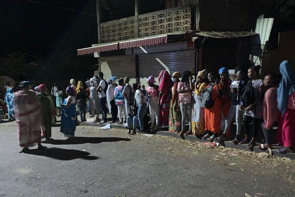 des élèves à un arrêt de bus à Koungou