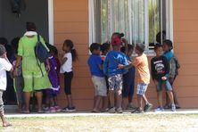 A Drueulu, écoliers devant la cantine de l'école catholique.