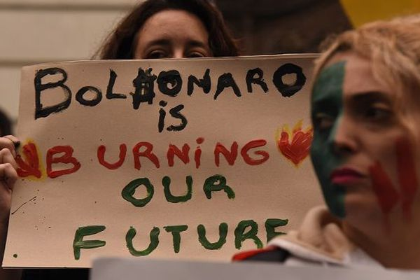 Feux en Amazonie : sous pression, Bolsonaro autorise l'envoi de l'armée