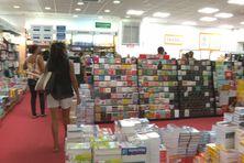 Achats scolaires dans une librairie du centre de la Martinique.