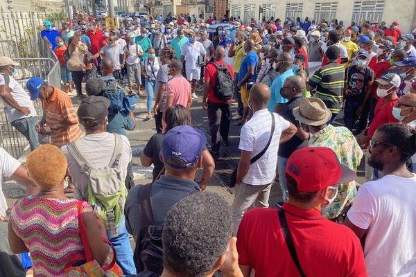 Les marins pêcheurs de Martinique devant la préfecture