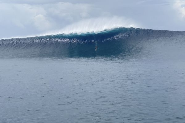Ariihoe Tefaafana surfe une vague de 5 mètres en foil