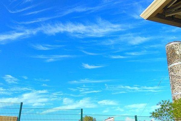 Ciel bleu au de dessus de la cheminée des Aigrettes