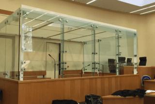 A la cour d'assises d'Evry (Essonne), Yoni Palmier comparaît dans le box des accusés.