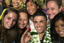 Kévin Richmond, le nouveau Mister Tahiti, entouré de ses fans