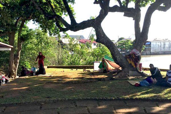 Des réfugiés installés place des Amandiers à Cayenne