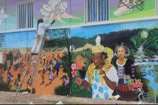 La fresque montre la diversité des cultures sur le territoire.