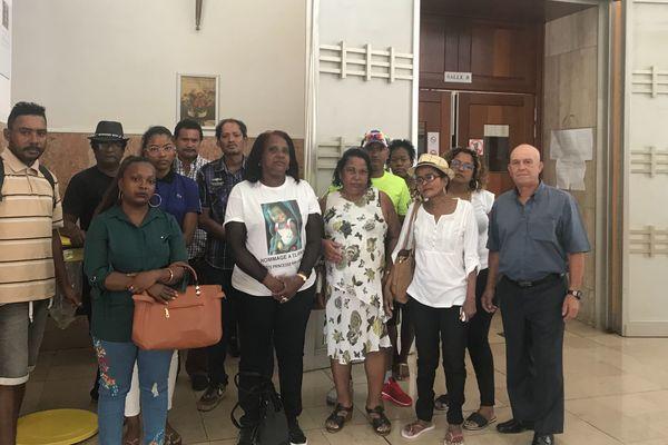 La famille d'Eliana à la cour d'appel de Saint-Denis.