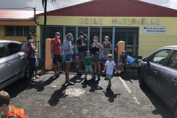 parents devant école maternelle fermée sans eau
