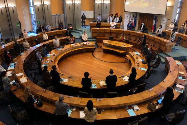 la séance plénière du conseil départemental commence avec un hommage à Tiloun.