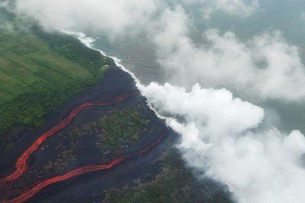 Fumées acides à Hawaï avec la lave du Kilauea qui atteint l'océan
