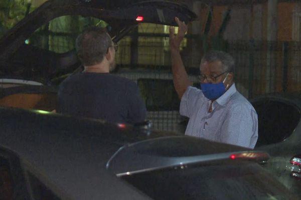 Jean-Claude Labrador devant les locaux de la police judiciaire de Cayenne
