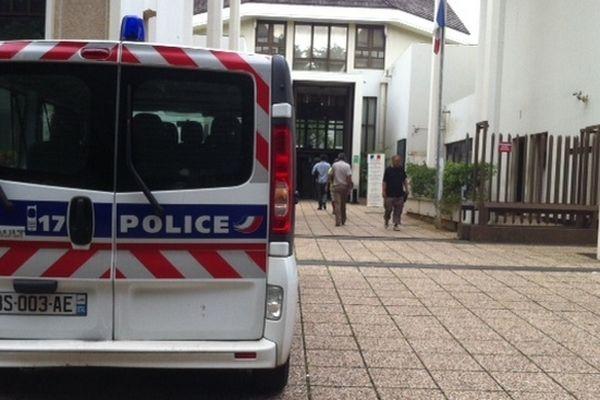 Fourgon de police au Tribunal de Champ-Fleuri