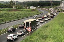 A 6 heures du matin le lundi 26 avril, un des embouteillages du matin sur la VE2, à hauteur de Dumbéa-sur-mer.