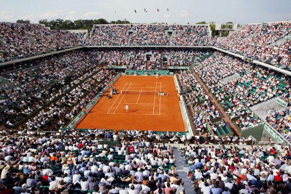 Les spectateurs assistent à un quart de finale sur le Court Philippe Chatrier, le 04 juin 2003