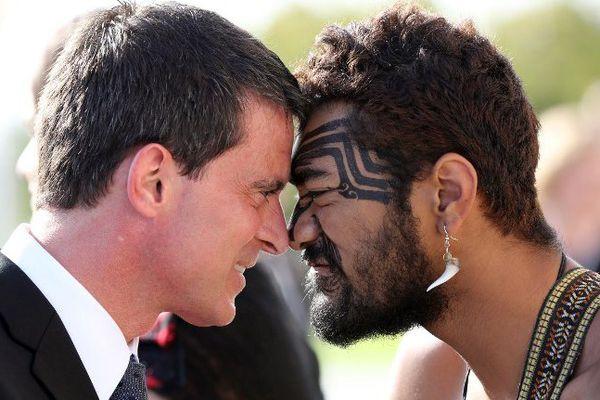 "Manuel Valls se livre au ""hongi"", salut traditionnel maori à Auckland"