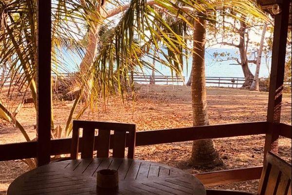 Tables et  plage vides