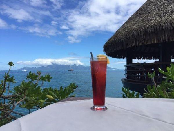 Cocktail avec une paille en inox