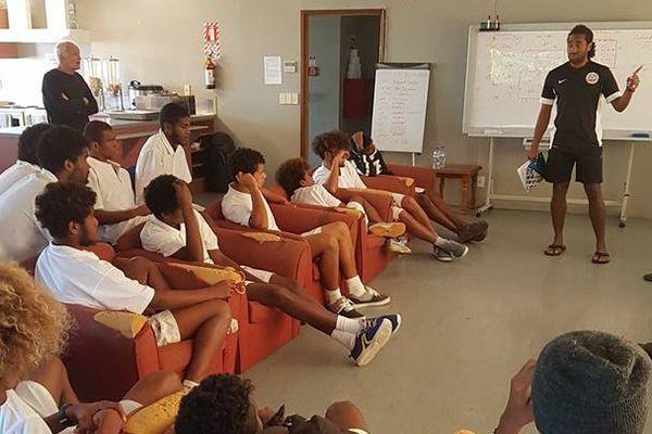 Le sélectionneur des U17 Dominique Wacalie en debriefing lors du stage kiwi