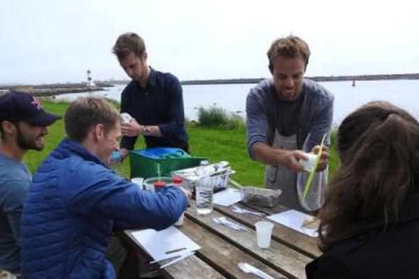 Alexandre Lemaire, entouré de ses amis, pour tester les premiers repas