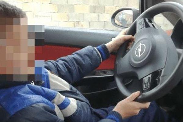 Enfant au volant d'une voiture