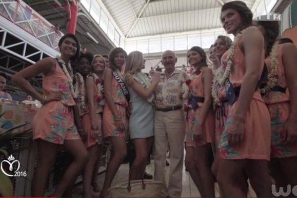 Les candidates à Miss France au marché de Papeete