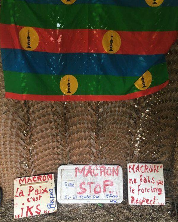 """Ouvéa :  pancartes """"Non à Macron sur la stèle des 19"""""""