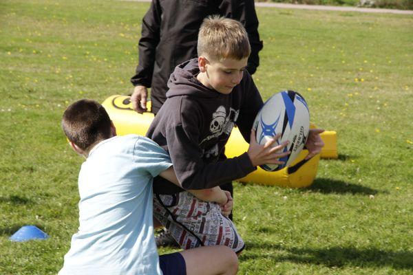 Une vingtaine de jeunes se retrouvent une fois par semaine pour pratiquer le rugby.