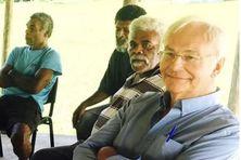 Alban Bensa, à droite, en 2019, avec des habitants de Poyes, sur la cote Est, lors d'un travail de traduction de documents sonores et écrits en langue cèmuhî.