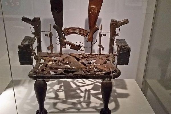 """""""O Trono de um mundo sem revoltas"""", sculpture en fer de Gonçalo Mabunda, Mozambique (2011)"""