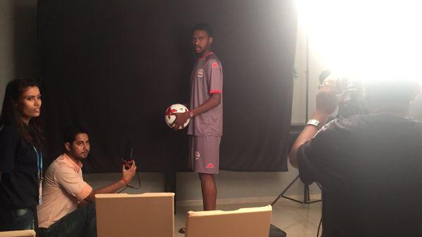 Abiezer Jeno pose pour la FIFA.