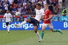 Le défenseur français Raphaël Varane (à gauche) durant le match contre la Hongrie