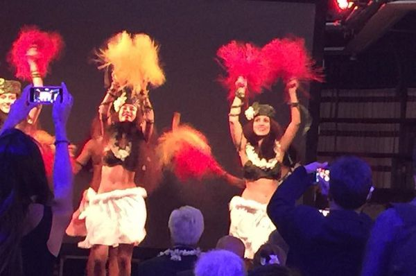 La troupe O Tahiti Nui, vainqueur du Heiva i Paris, danse pour l'ouverture du Heiva i Paris.