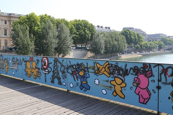 A peine installés, les Gouzous de Jace sont déjà détériorés sur le Pont des Arts à Paris