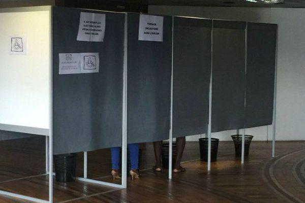 Urne et bureau de vote lors des élections législatives à Rémire-Montjoly en Guyane