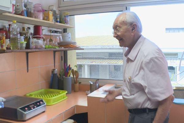 Gaston Flosse fait visiter son local de 15m2 à Papeete - La cuisine