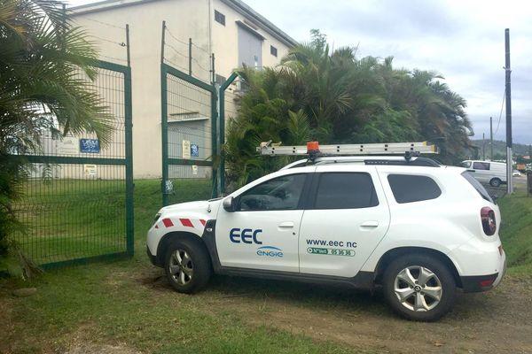 Véhicule EEC devant le poste-source de Boulari