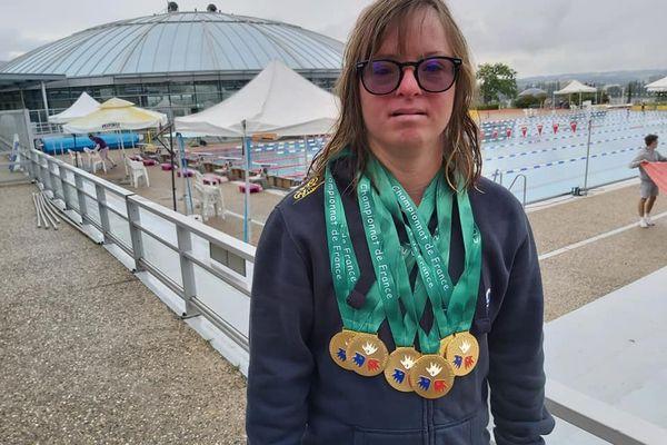 Championnat de France de sport adapté, Delphine André arborant ses six médailles glanées dans l'Allier, juillet 2021