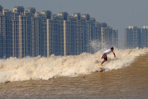 Chine : des surfeurs s'attaquent aux grands mascarets du monde