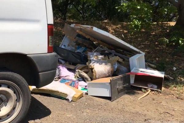 La brigade de l'environnement a retrouvé un dépôt sauvage dans la forêt de l'Étang Salé