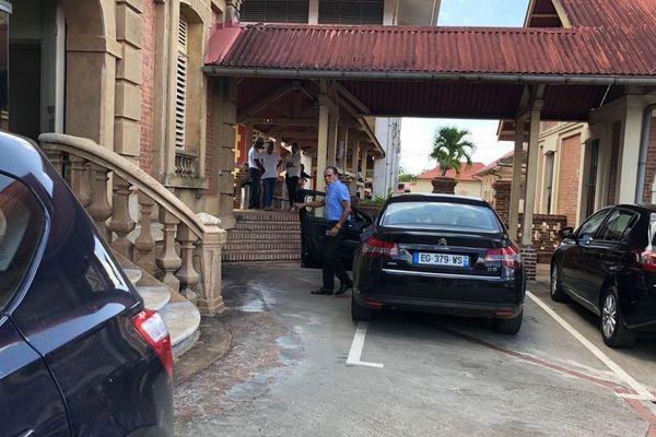 Arrivée de Léon Bertrand à la mairie de Saint-Laurent