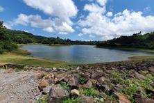 A Mayotte, l'eau du réseau potable vient principalement des précipitations recueillies dans des retenues collinaires comme ici à Combani.