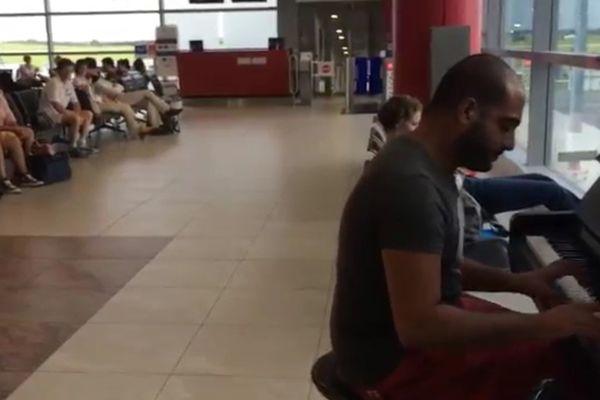 """VIDEO. Un pianiste revisite """"La Lettre à Elise"""" en plein aéroport"""