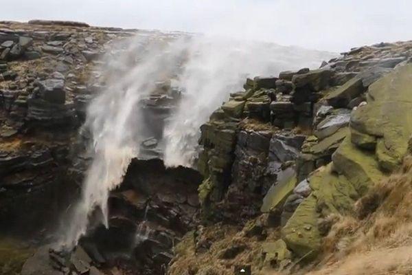 Renversant : des vents violents repoussent une cascade vers le haut